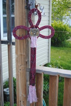 Rope Cross created from a used lariat rope that has been custom dyed. Horseshoe Crafts, Horseshoe Art, Horseshoe Ideas, Farm Crafts, Horse Crafts, Craft Gifts, Diy Gifts, Rope Cross, Western Crafts