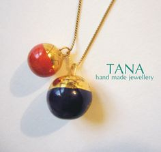 Ceramic necklace red and blue bowls with golden hats. by Tanaart