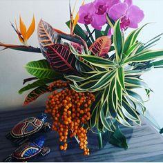 Arranjo bem tropical cheio de cores e texturas.
