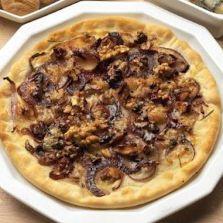 Pizza con cipolle, noci e gorgonzola