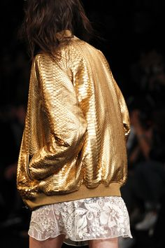 Saint Laurent Spring 2016 Ready-to-Wear Accessories Photos - Vogue- gold bomber Gold Fashion, Fashion Week, Fashion Details, Runway Fashion, High Fashion, Fashion Show, Fashion Design, Fashion Trends, Look Casual