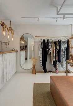 retail store architecture scandinavian and rustic, mediterranean, boho and natural decor Clothing Boutique Interior, Boutique Interior Design, Boutique Decor, Fashion Store Design, Clothing Store Design, Fashion Stores, Retail Store Design, Small Store Design, Retail Stores
