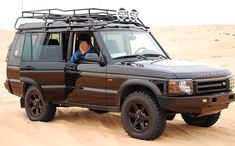 Front view of a 2004 Discovery fitted with the Land Rover safari roof rack. (Photo credit: F. Delaney)