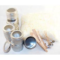 Ett startpaket är ett perfekt sätt att prova på att göra egna sojaljus. Sojavax, burkar, vekar, enkla vekhållare av trä och gluedots att fästa vekar med.