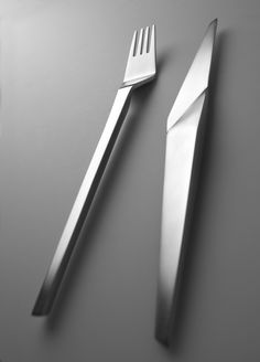 Time to upgrade your kitchen knives! Enjoy this new selection of modern and cool cutlery sets Deco Design, Food Design, Creative Design, Minimalist Interior, Minimalist Design, Design Industrial, Kitchenware, Tableware, Table Design