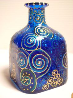 Painted on a Whim: Painted Bottles Old Wine Bottles, Wine Bottle Art, Painted Wine Bottles, Diy Bottle, Painted Wine Glasses, Glass Bottle Crafts, Glass Bottles, Patron Bottles, Glass Painting Designs