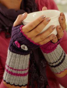 Ribstrikkede håndledsvarmere i fine farver Knitting Patterns Free, Free Pattern, Fingerless Mitts, Wrist Warmers, Crochet Slippers, Knitting Accessories, Drops Design, Knit Crochet, Feminine