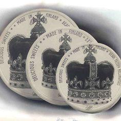 Jo 1800-luvulta Fazerin marmeladit, karamellit, suklaa ja konvehdit ovat olleet osa suomalaista lahjaperinnettä. Finland, Sweets, Candy, Personalized Items, Product Design, Legends, How To Make, Nostalgia, Retro