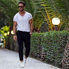 白無地Tシャツ×黒パンツ×adidasスタンスミス
