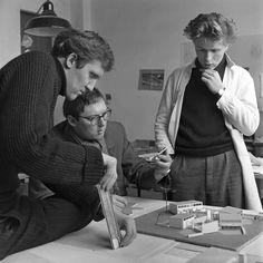 Wilhelm Holzbauer, Johannes Spalt und Friedrich Kurrent mit dem Modell der 'Wohnraumschule II' in ihrem Atelier, 1954. © Franz Hubmann