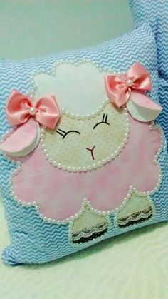 how to make a pillow Easter Pillows, Baby Pillows, Quilt Baby, Animal Crafts For Kids, Diy For Kids, Sewing Crafts, Sewing Projects, Baby Bumper, Diy And Crafts