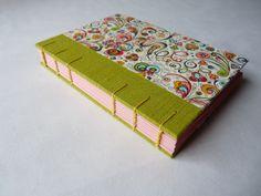 Deník art nouveau Ručně šitý a vázaný deník velikost A6 s pevnými deskami (3mm), šitý koptskou vazbou. Deník je potažen papírem v designu art nouveau a svěže zeleným plátnem u hřbetu. Deník má 72 růžových nelinkovaných listů recyklovaného papíru. Koptská vazba deníku umožňuje jeho otevírání o více než 180 stupňů, a činí ho takpohodlným pro psaní. A jak ...