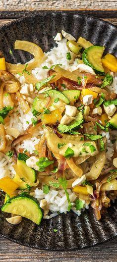 Step by Step Rezept: Knackige Gemüsepfanne mit Fenchel, fluffigem Kokosmilchreis und Cashewkernen  Rezept / Kochen / Essen / Ernährung / Lecker / Kochbox / Zutaten / Gesund / Schnell / Frühling / Einfach / DIY / Küche / Gericht / Blog / Leicht  / Veggie / Reis / Nüsse / 35 Minuten / Kokos / Laktosefrei   #hellofreshde #kochen #essen #zubereiten #zutaten #diy #rezept #kochbox #ernährung #lecker #gesund #leicht #schnell #frühling #einfach #küche #gericht #trend #blog #laktosefrei #curry #reis