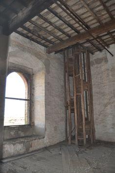 La scala in legno che porta alla torre
