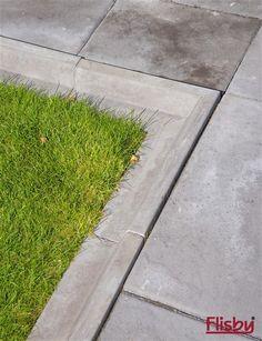 L-kantstenen är en genialisk nygammal lösning mellan gräsmatta och rabatt. Lawn Edging, Garden Living, Stepping Stones, Sidewalk, Yard, Patio, Outdoor Decor, Flowers, Inspiration
