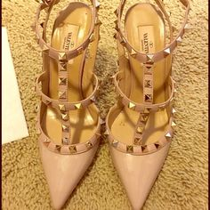 Valentino Rockstud T Strap Pump Poudre Patent Size 38, worn once for a wedding! Amazing shoes for a fraction of the $995 MSRP price! Valentino Shoes Heels