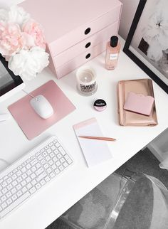 Trendy Home Office Space Inspiration 37 Ideas Mesa Home Office, Home Office Space, Office Workspace, Home Office Decor, Office Chic, Pink Office Decor, Office Tumblr, Vagas Home Office, Pink Home Offices
