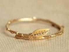 Prefer a simplistic look? This leaf design wedding or engagement ring is minimal and pretty. #weddingideas #weddinginspiration #ruralweddings #devonweddingvenue #weddingring #engagementring #2016weddings