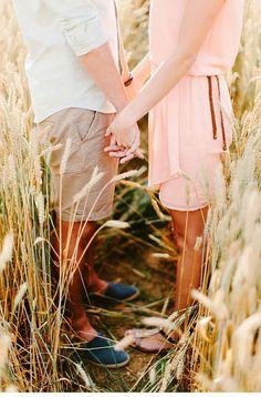 In einem goldgelb glänzenden Kornfeld genossen Anna und Dominik ihr Save-the-Date Shoot. Fotos: Goldstaub Fotografie