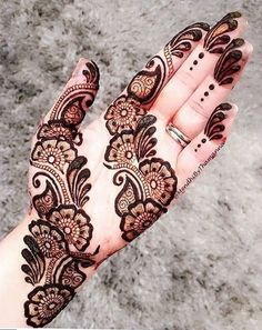 Check out the 60 simple and easy mehndi designs which will work for all occasions. These latest mehandi designs include the simple mehandi design as well as jewellery mehndi design. Getting an easy mehendi design works nicely for beginners. Dulhan Mehndi Designs, Mehndi Designs 2018, Mehndi Designs For Girls, Mehndi Designs For Beginners, Mehndi Design Pictures, Mehendi, Bridal Mehndi, Mehandi Designs Arabic, Mehandi Dijain