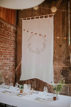 Wimpel mit Hochzeitslogo in XXL. Als #weddingbackdrop oder #deko mit Lavendelumdruck selbstgemacht. #DIY #wimpel #stoffbanner #hochzeitslogo #farmwedding #rustic Banner, Creative Products, Backdrops, Tapestry, Rustic, Shower, Bride, Prints, Diy