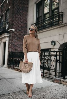 Flawless Summer Outfits Ideas For Slim Women That Looks Cool - Oscilling White Skirt Outfits, Pleated Skirt Outfit, White Pleated Skirt, White Skirts, Midi Skirt, Pleated Skirts, Mode Outfits, Chic Outfits, Spring Outfits