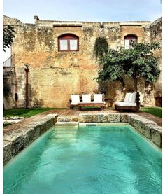 Une piscine dans une villa italienne http://www.vogue.fr/lifestyle/voyages/diaporama/les-plus-belles-piscines-au-monde-instagram/34059#une-piscine-dans-une-villa-italienne