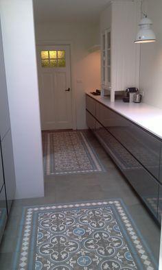 Cementtegel in grijsblauwe tint met wit   keuken in hoogglans grijs   wit werkblad...