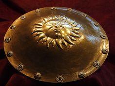 SIPAR -DHAL.  Oriental shield. Pracownia Artystyczna LORICA. Tarcza orientalna, wschodnia, w stylu indoperskim. Umbo tarczy z solarnym motywem w stylu perskim.