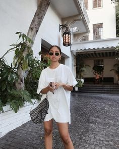 oversized tee doubles as a dress if you're Trendy Outfits, Cool Outfits, Summer Outfits, Fashion Outfits, Womens Fashion, Mode Ootd, Oversized Tee, Look Chic, Jordan