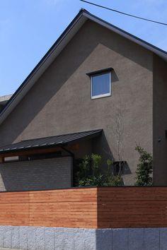 自然の恵みと暮らす家の外観 Facade Design, House Design, Roof Lines, Exterior Paint Colors, Random House, House Painting, Wall Colors, My House, Columns