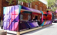 Utilizando o espaço de três vagas de carro, os canadenses de Montreal criara uma sala de estar no meio da rua - e o comércio local agradece. https://catracalivre.com.br/geral/arquitetura/indicacao/canadenses-usam-parklets-para-dar-vida-nova-as-ruas/