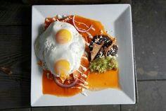 Tipico almuerzo ! Deliciosos huevos estrellados, chilaquiles, frijolitos y guacamole ! #Desayunostipicos #Mexico