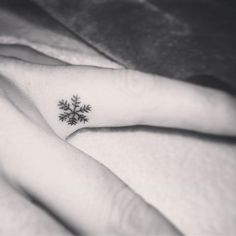 Danke @bambootattoo_by_georgina für das wunderschöne und lang ersehnte Tattoo ❄️ #tinytattoo #snowflake #winteriscoming #tattoos #littletattoos snowflake Tattoo little tiny