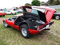 De Tomaso Mangusta - Одним из самых необычных в конструкции Mangusta был способ открывания задней части автомобиля. Две секции капота крепились к центральной продольной опоре и поднимались вверх для доступа к двигателю