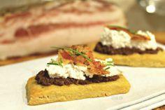 Biscotti all'olio d'oliva con paté di olive nere, ricotta speziata e guanciale croccante