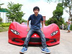 Chinês constrói carro elétrico com R$ 15 mil Chen Yinxi, de 27 anos, levou 6 meses para fabricar o veículo. Embora tenha visual agressivo, a velocidade máxima é de 60 km/h.