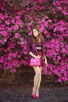 Jaqueta bordeaux, blusa listrada, saia rodada vinho, bolsa e sapato rosa