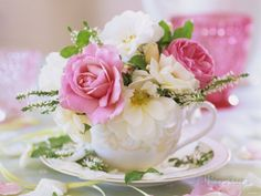 White and Pink Roses and Heather in a Cup Fotografie-Druck