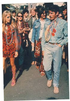 Hippie Style 1960 - I can see Pattie Boyd and George Harrison there. 60s And 70s Fashion, Look Fashion, 1960s Fashion Hippie, 1970s Hippie, Fashion Vintage, Hippy Fashion, Trendy Fashion, Look Vintage, Vintage Mode
