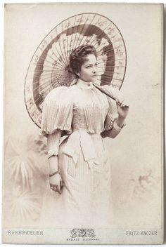 Vint CC Art Nouveau Lady with Japanese Umbrella Victorian Photos, Victorian Women, Antique Photos, Vintage Pictures, Vintage Photographs, Victorian Era, Vintage Images, Edwardian Gowns, Edwardian Fashion