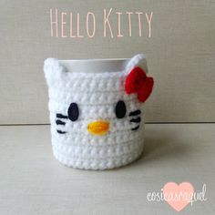 Ideas que mejoran tu vida, Patrón: Cubre Tazas Hello Kitty Crochet. Free pattern :) and like OMG! get some yourself some pawtastic adorable cat shirts, cat socks, and other cat apparel by tapping the pin Crochet Coffee Cozy, Crochet Cozy, Diy Crochet, Crochet Ideas, Hello Kitty Crochet, Baby Girl Crochet Blanket, Crochet Accessories, Crochet Projects, Creations