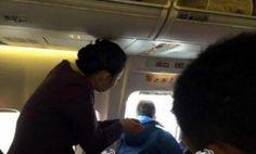 Azafata rompe botella en la cabeza de hombre que intentaba abrir puerta avión
