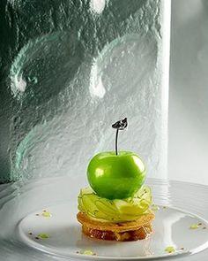 patriceibarboure La pomme grannysmith sur son 31, façon tatin, accompagné de sa glace caramel au beurresalé.