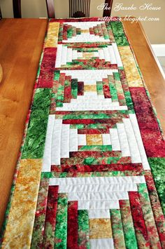 This Quilted Table Runner is a Beautiful Christmas… Xmas Table Runners, Quilted Table Runners Christmas, Patchwork Table Runner, Christmas Runner, Table Runner And Placemats, Table Runner Pattern, Christmas Sewing, Christmas Crafts, Cabin Christmas