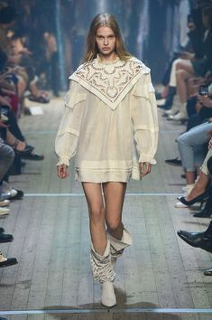 Isabel Marant Spring 2019 Ready-to-Wear Fashion Show Collection: See the complete Isabel Marant Spring 2019 Ready-to-Wear collection. Look 33 Runway Fashion, Girl Fashion, Fashion Show, Fashion Looks, Fashion Design, Fashion Trends, Fashion 2018, Fashion Pants, Fashion Outfits