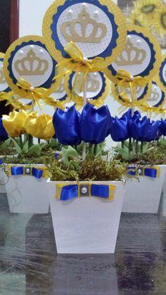 Cachepo de mdf, 4 tulipas de tecido cetim, topper em papel scrapp com 12cm de diametro.  Fazemos tambem em outras cores.  Altura total do arranjo: 30cm