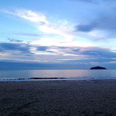 """""""Ver na vida algum motivo pra sonhar. Ter um sonho todo azul. Azul da cor do mar"""". Tim Maia #fimdetarde #mar #praia #bynina #instabynina (em Praia Alegre, Penha/SC)"""