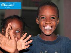 Un saluto da Haiti. Bambini ospitati nel villaggio SOS di Port au Prince ad Haiti