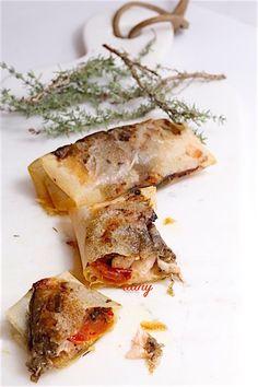 Préparation : 25 min Cuisson : 10 min Pour 4 personnes : -4 filets de saumon label rouge -16 pétales de tomate confite -8 cuillères à café de caviar d'aubergine -4 feuilles de brick -Thym -Huile d'olive -Sel, poivre Préchauffez le four th. 6 (180°). Coupez...
